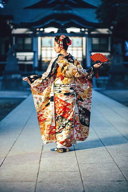 porträt der jungen frau mit kimono in japan - japanischer fächer stock-fotos und bilder