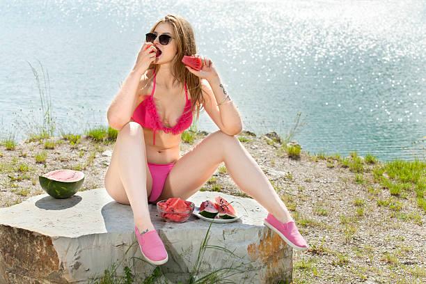 retrato de mujer joven con sandía refreshes. - piernas abiertas mujer fotografías e imágenes de stock