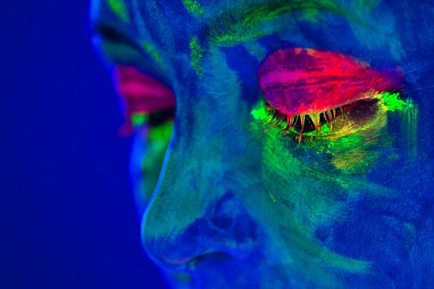 porträt einer mit fluoreszierend make-up im uv-l - fluoreszierend stock-fotos und bilder