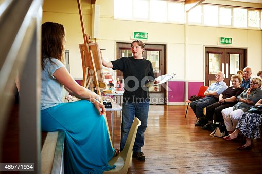 istock Portrait painting demonstration to audience 485771934