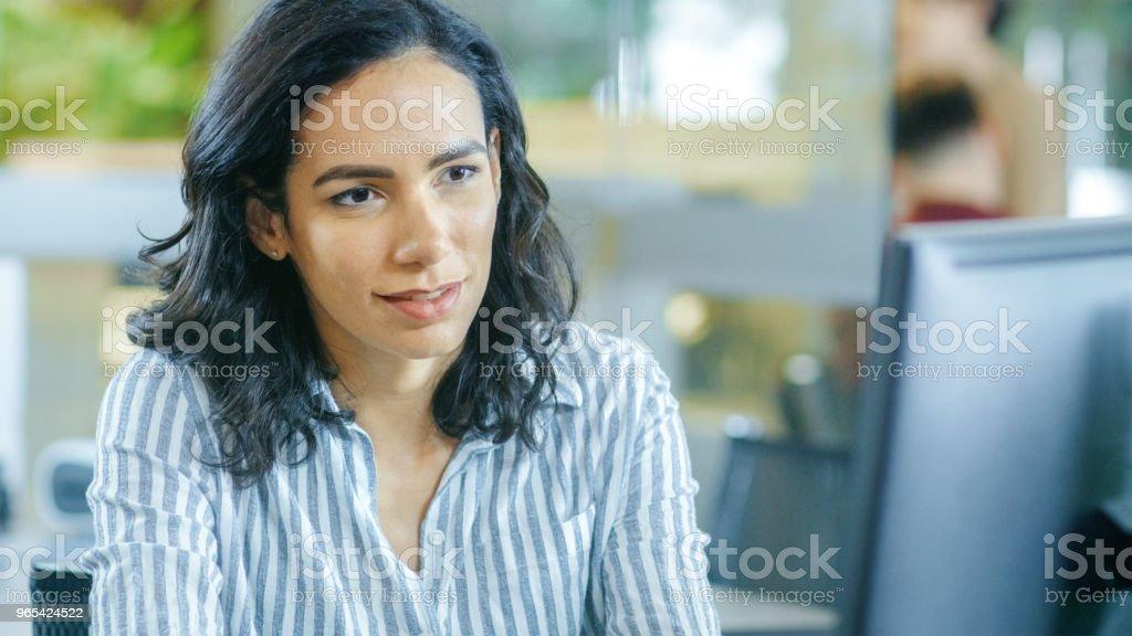 그녀의 책상, 개인용 컴퓨터에는 작품에는 아름 다운 젊은 히스패닉 여자의 초상화 샷. 일 하는 동료와 함께 배경 바쁜 사무실. - 로열티 프리 갈색 머리 스톡 사진