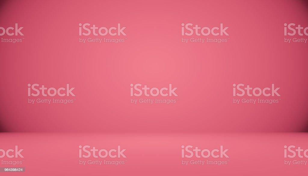 Portret glimlachend gebotteld water levering courier in rode t-shirt en cap uitvoering tank van frisse drank en tonen ok geïsoleerd op witte achtergrond. - Royalty-free Achtergrond - Thema Stockfoto