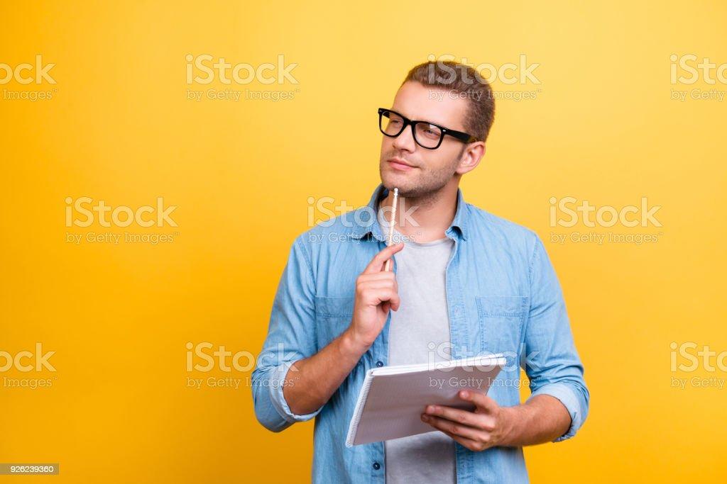 Portrait mit textfreiraum nachdenklich, ernst, bärtiger Mann in Brille hält Interfacemodule und rührende Kinn mit Stift mit nachdenklichen Ausdruck über grauen Hintergrund – Foto