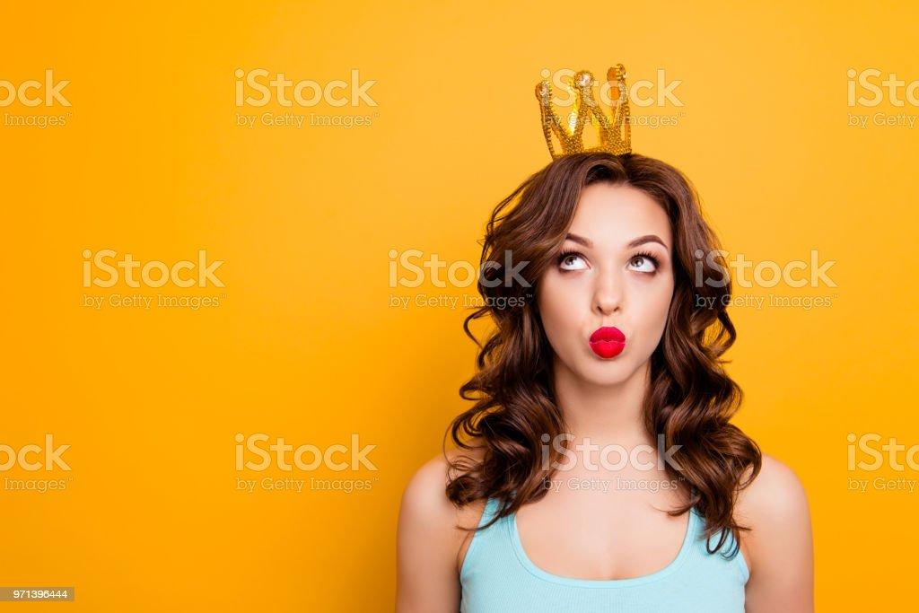 Portrait mit Exemplar leeren Ort der lustige dumme Frau Krone auf Kopf mit Augen senden Kuss mit Schmollmund Lippen auf gelbem Hintergrund Werbung Konzept isoliert zu betrachten – Foto