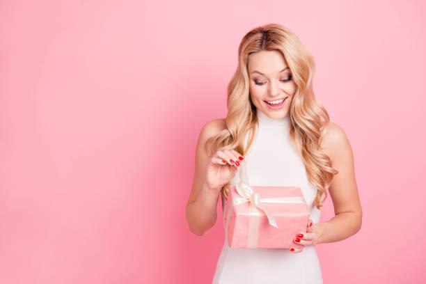 portrait mit exemplar, leeren platz ziemlich charmant elegante freundin feiern 8-märz, valentinstag, eröffnung verpackt geschenkbox auf rosa hintergrund isoliert - jugendliche geburtstag geschenke stock-fotos und bilder