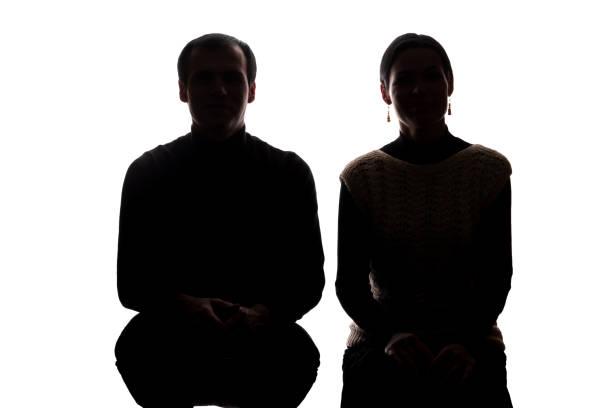 portrait frauen und männern gegenüber, bruder und schwester - silhouette - gegenlicht stock-fotos und bilder