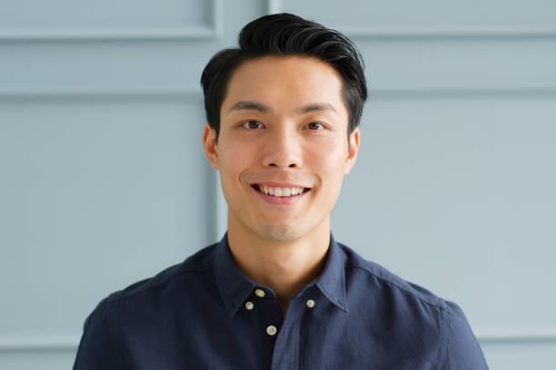 肖像年輕自信聰明的亞洲商人看著相機和微笑 - 亞洲 個照片及圖片檔
