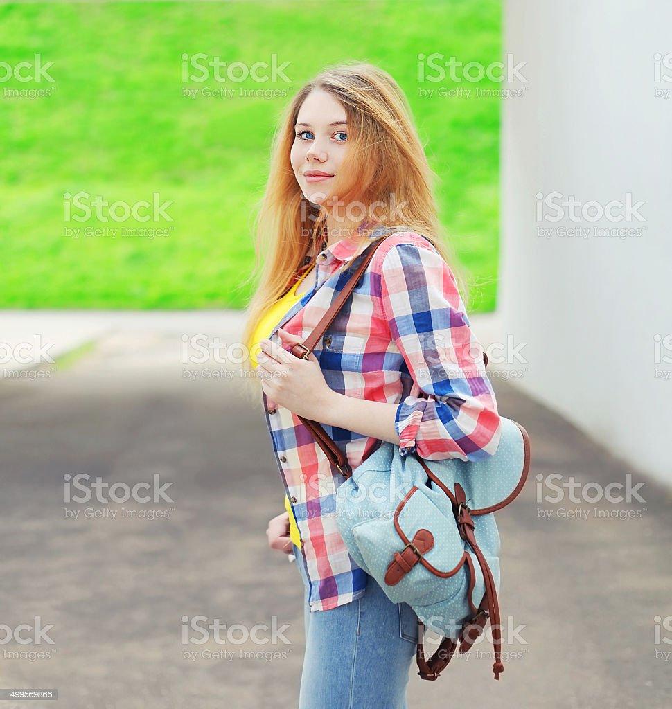 Ritratto di giovane ragazza con una camicia con zaino all aperto foto stock  royalty- 05adb4cdf13d