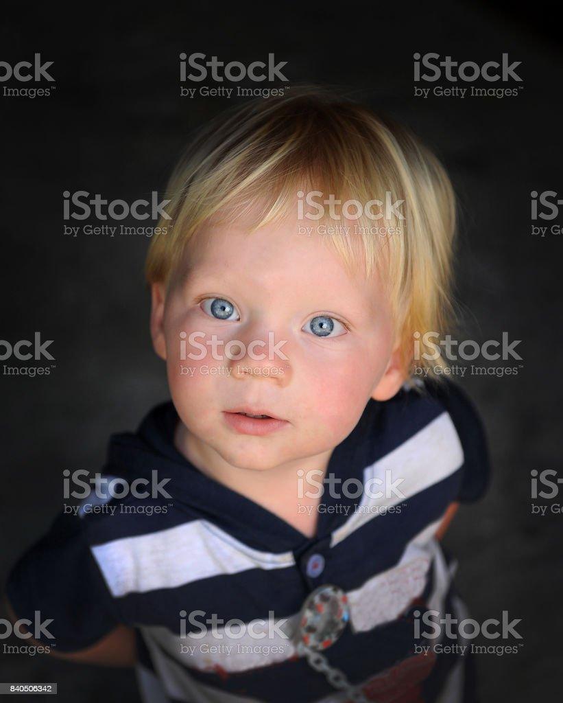 Más Ojos Azules Un De Retratos Foto Con Y Banco Rubio Stock Niño 2WHD9IYE