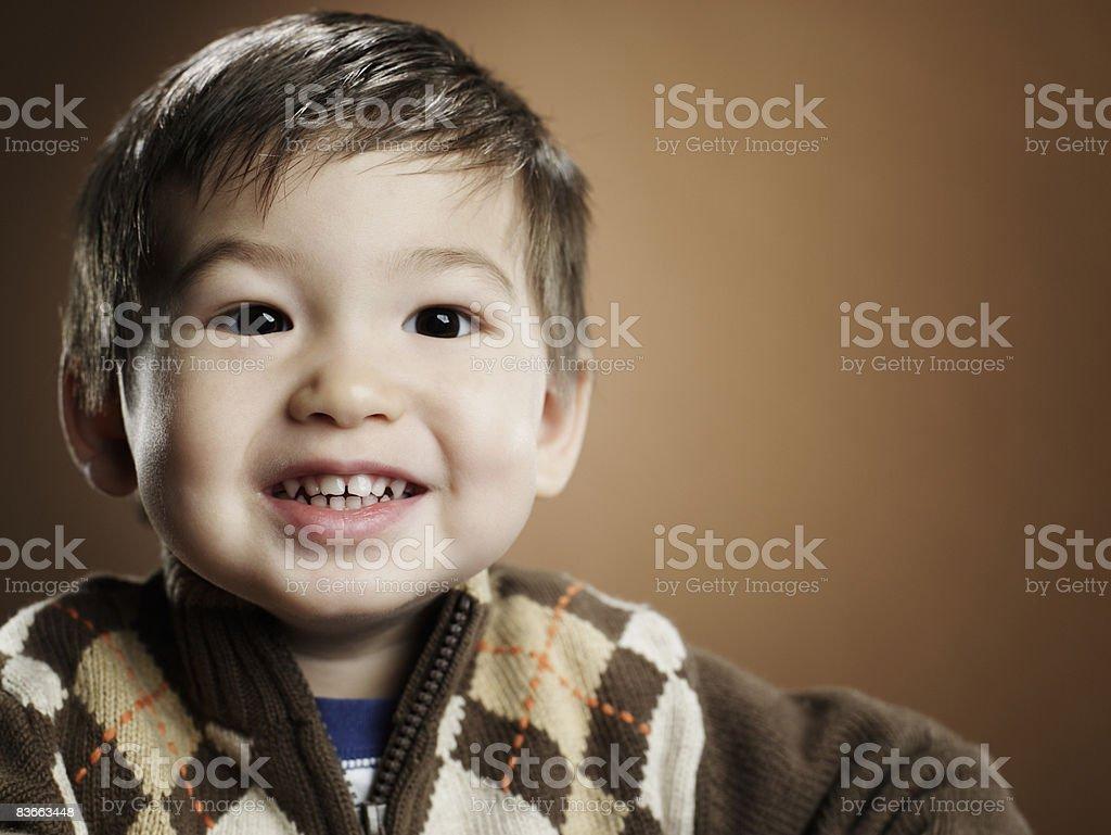 Portriat d'un heureux garçon de 2 ans. photo libre de droits