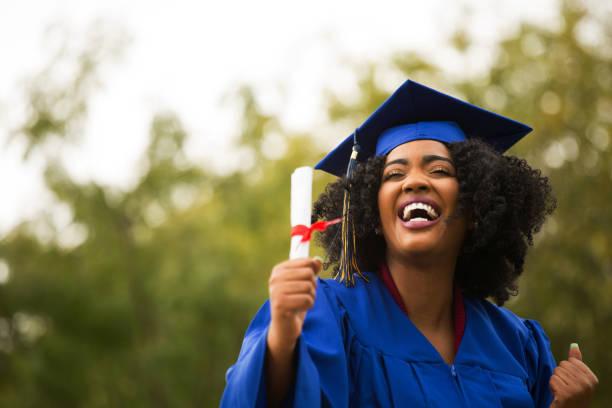 portriat de un joven afroamericano en la graduación. - graduación fotografías e imágenes de stock
