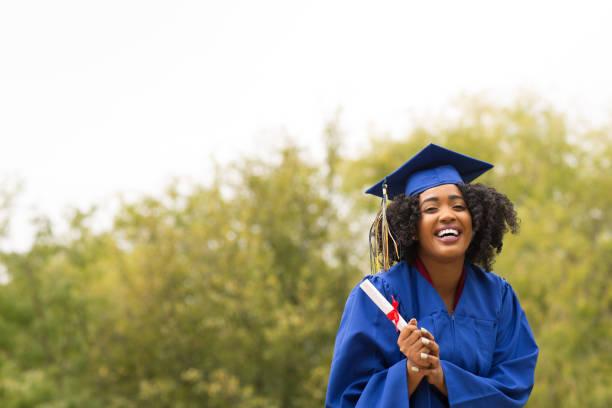 portriat mezuniyet töreninde genç bir afrikalı-amerikalı kadın. - graduation stok fotoğraflar ve resimler
