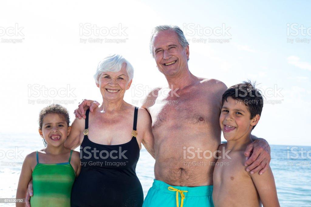 Portriat 的祖父母與孫子女在海灘 免版稅 stock photo