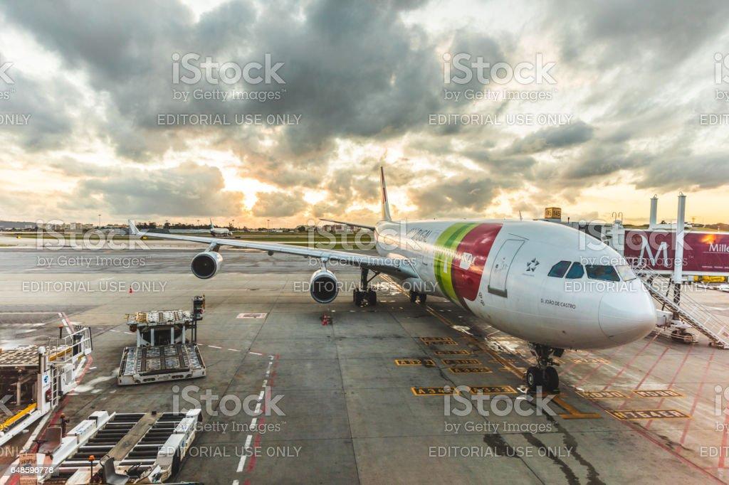 TAP Portugal Airbus A340 no aeroporto de Lisboa - foto de acervo