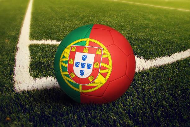 portugal boll på hörnet kick ställning, fotboll fältet bakgrund. fotboll tema på grönt gräs. - football portugal flag bildbanksfoton och bilder