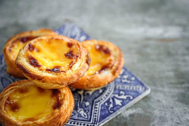 portugal egg tart with azulejo - lisbona foto e immagini stock