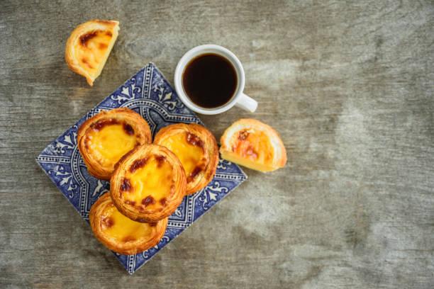 portugal-ei-torte mit azulejo - portugiesische desserts stock-fotos und bilder