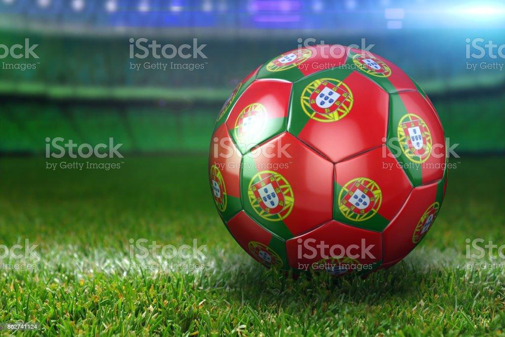 Balón de fútbol de Portugal en el estadio verde hierbas por la noche - foto de stock
