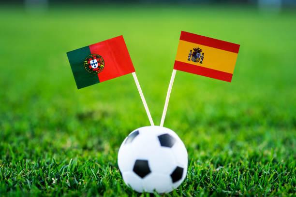 portugal - spanien, grupp b, fredag, 15. juni, vit fotboll, vm, ryssland 2018, nationella flaggor på grönt gräs, fotboll bollen på marken. - football portugal flag bildbanksfoton och bilder