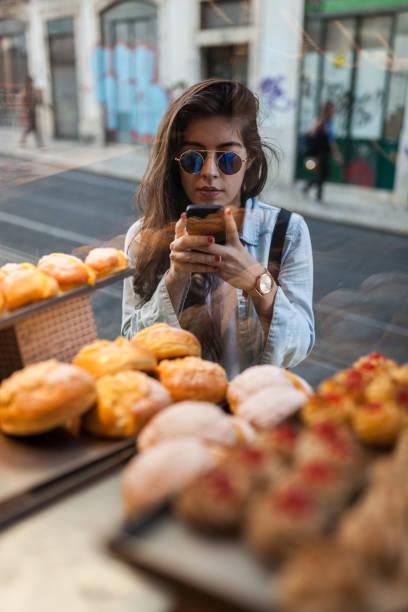 portugese süßes gebäck - portugiesische desserts stock-fotos und bilder