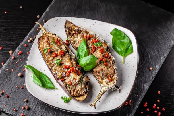 葡萄牙美食。烤茄子配蘑菇、肉、蔬菜和帕瑪森乳酪。複製空間, 選擇性對焦 - 塞滿的 個照片及圖片檔