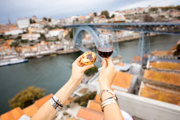 portugiesische dessert auf porto-hintergrund - portugiesische desserts stock-fotos und bilder