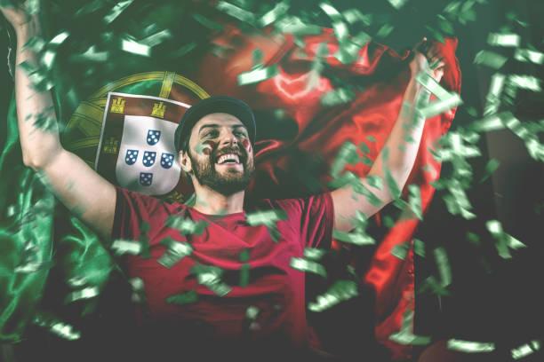 portugisiskt fläktar som firar med medborgare, sjunker - football portugal flag bildbanksfoton och bilder