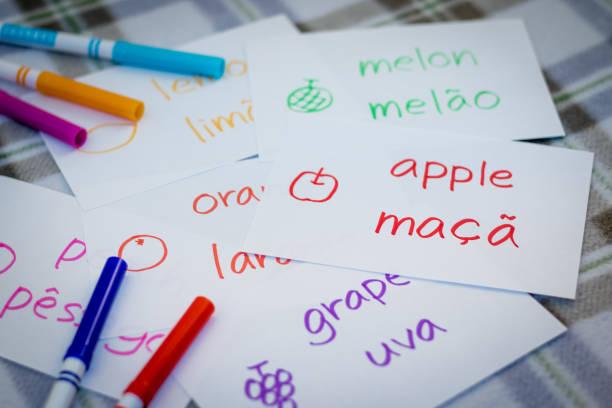 portugiesisch; neue sprache mit früchten namen karteikarten lernen - teppich englisch stock-fotos und bilder
