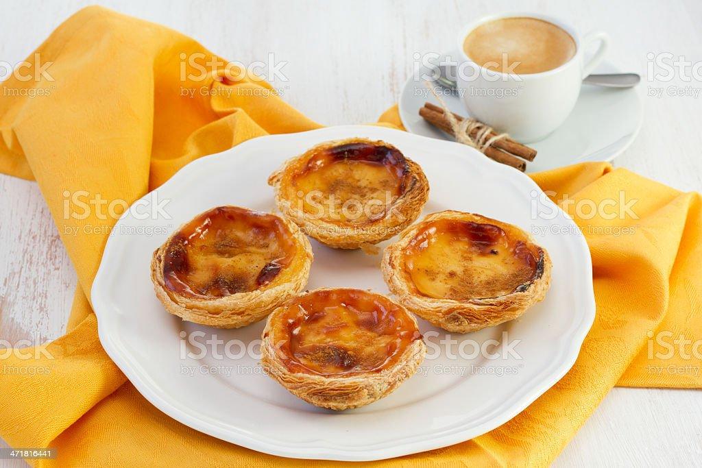Portugiesische Kuchen Auf Dem Teller Mit Einer Tasse Kaffee Stock