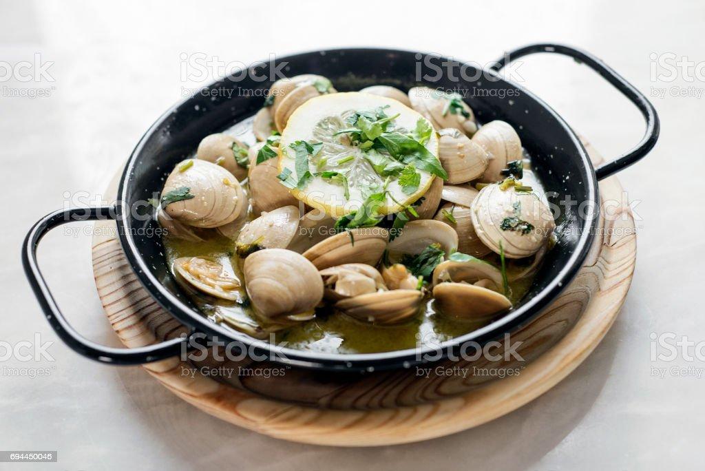 Portugués almejas guisadas en salsa de mariscos vino blanco y ajo hierba - foto de stock