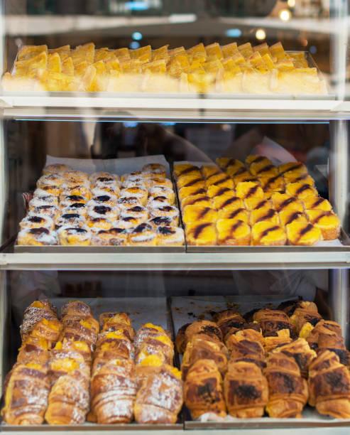 portugiesische traditionelles gebäck. brötchen mit vanillesoße. - portugiesische desserts stock-fotos und bilder