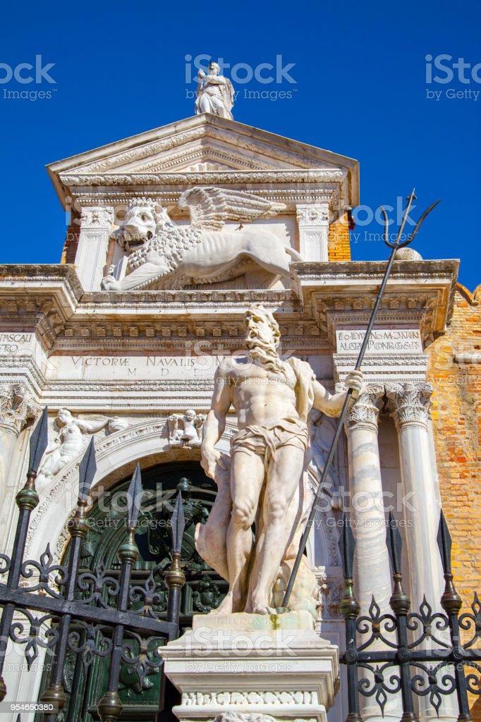 Poseidon em frente à entrada para o Arsenal de Veneza, - foto de acervo