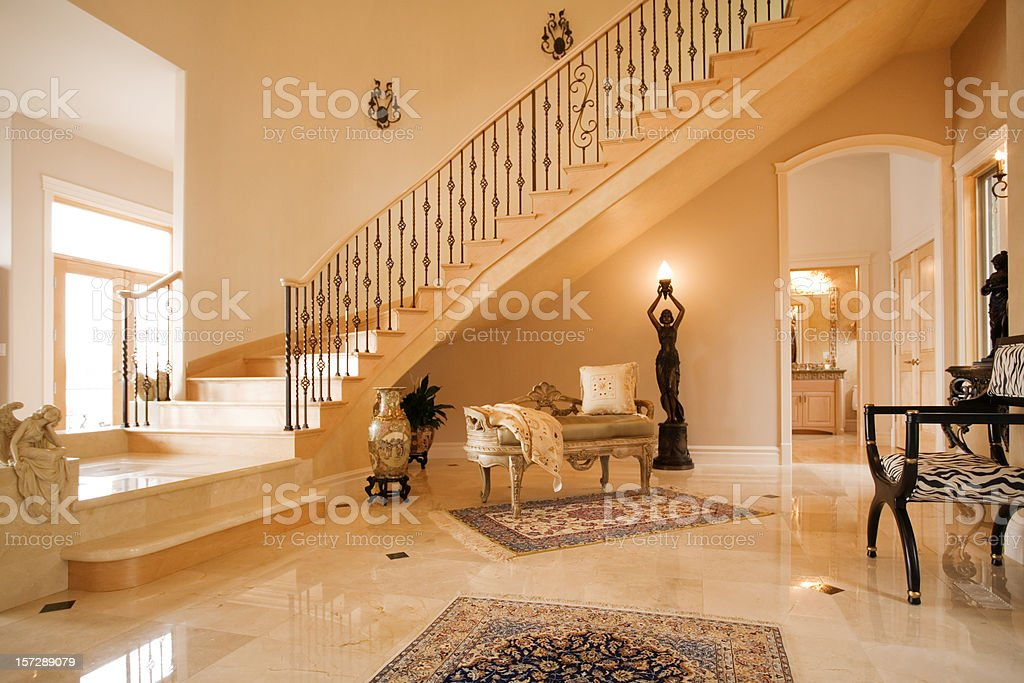 La elegante entrada con escalera caracol stock foto e for Escaleras entrada casa