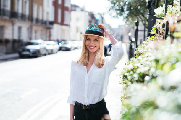 estilo de vida luxuoso em londres - mulher loira com chapéu moderno dia ensolarado de outono - girl power provérbio em inglês - fotografias e filmes do acervo