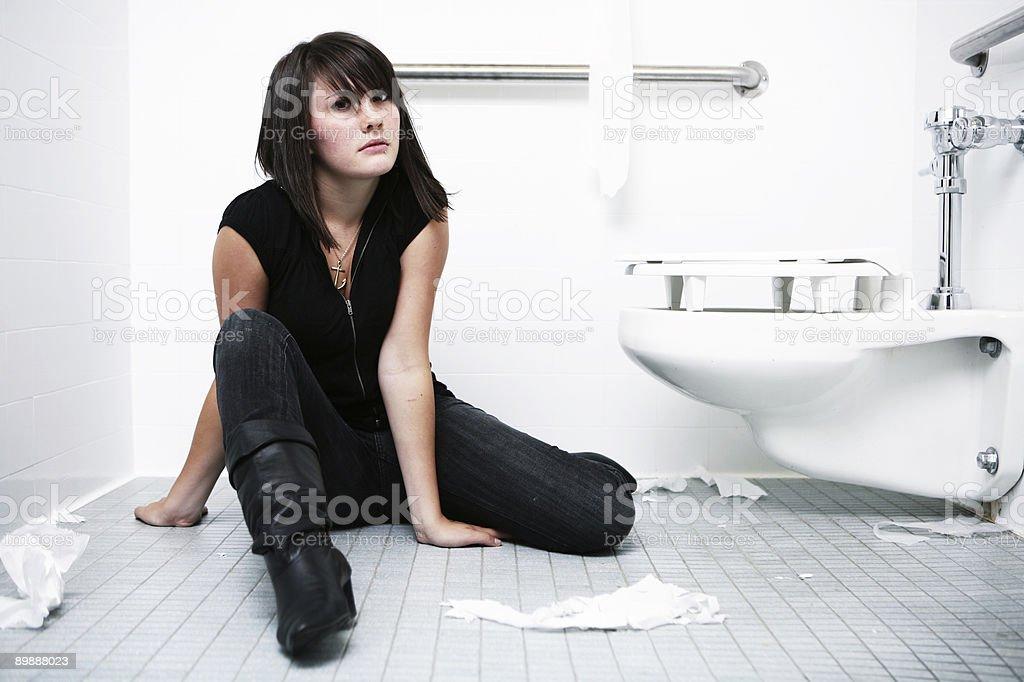 Noble Pose Mit Dunklen Langhaarigem Mädchen Im Badezimmer Stockfoto ...