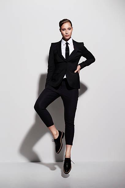 mujer de negocios negro posando en traje tonos, vertical - moda de negocios informal fotografías e imágenes de stock