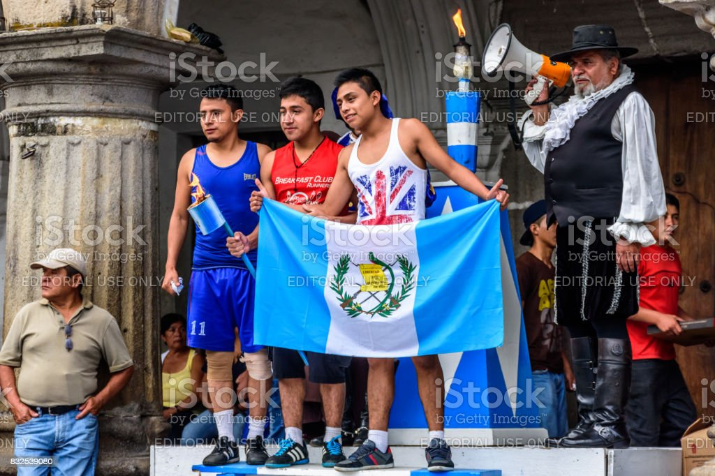 Posando con la bandera y la antorcha, día de la independencia, Antigua, Guatemala - foto de stock