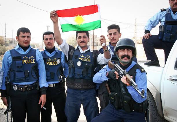 Posant avec le drapeau du Kurdistan avec la police irakienne de Kirkouk. - Photo