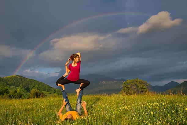 Postes Acroyoga fille de l'homme dans la nature - Photo