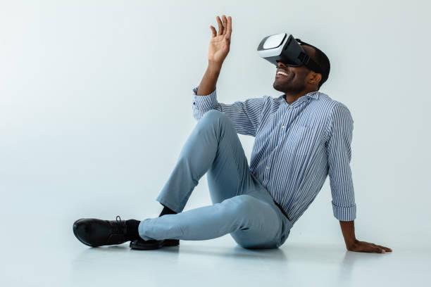 positive afro american man wearing vr glasses - ritratto 360 gradi foto e immagini stock
