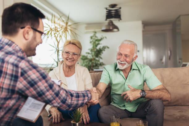 sigorta acentası ile danışmanlık olumlu yaşlı çift - insurance stok fotoğraflar ve resimler