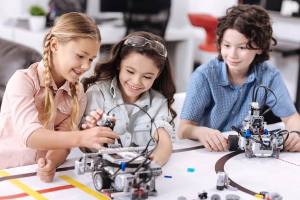positive kinder freuen sich über wissenschaft in der schule - lernfortschrittskontrolle stock-fotos und bilder