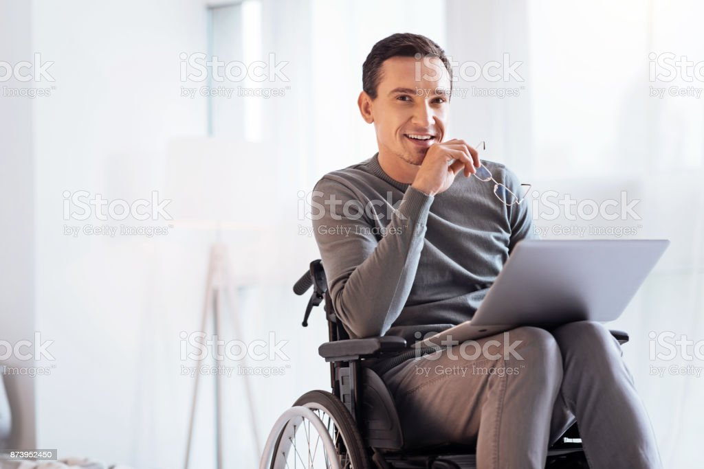 Positivo encantado hombre discapacitado mirando adelante - foto de stock