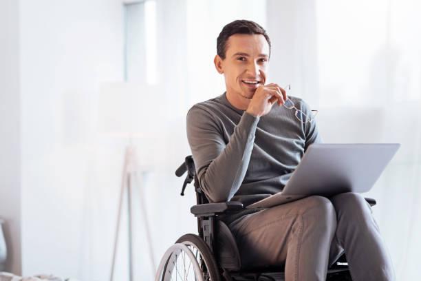 olumlu gözle engelli adam memnun - tekerlekli sandalye stok fotoğraflar ve resimler