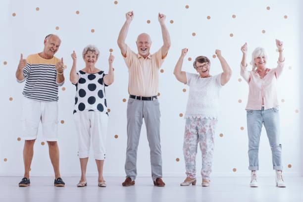 ältere menschen im ruhestand - rentenpunkte stock-fotos und bilder