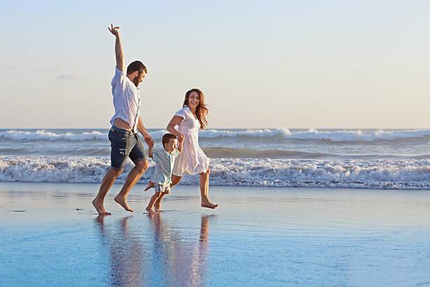 positive familie laufen am meer, direkt am strand - pool schritte stock-fotos und bilder