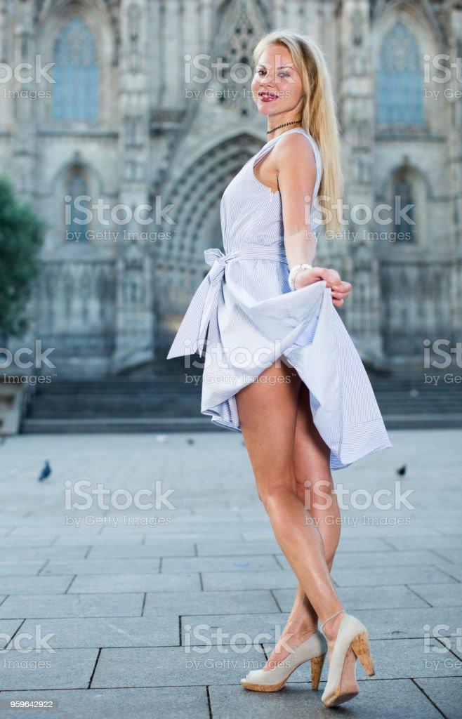Positivo mujer caminando en la calle - Foto de stock de Adulto libre de derechos