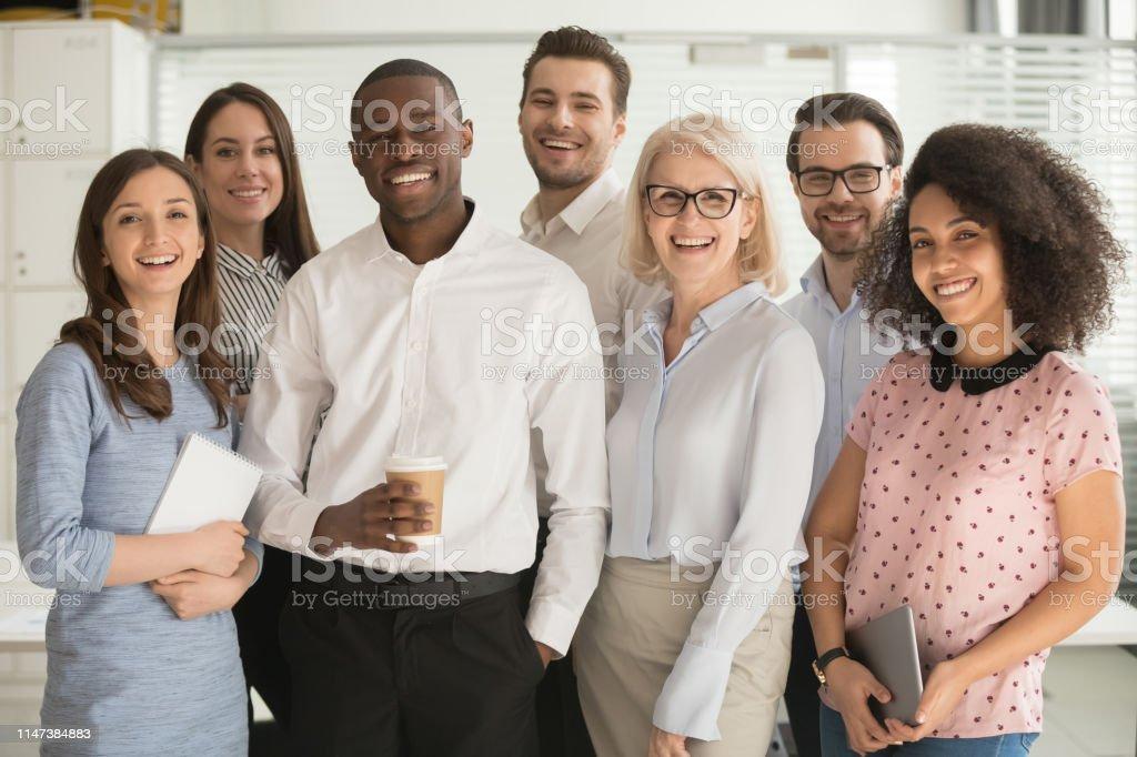 Positives Multi-Rassen-Firmenteam mit Blick auf die Kamera - Lizenzfrei Afrikanischer Abstammung Stock-Foto