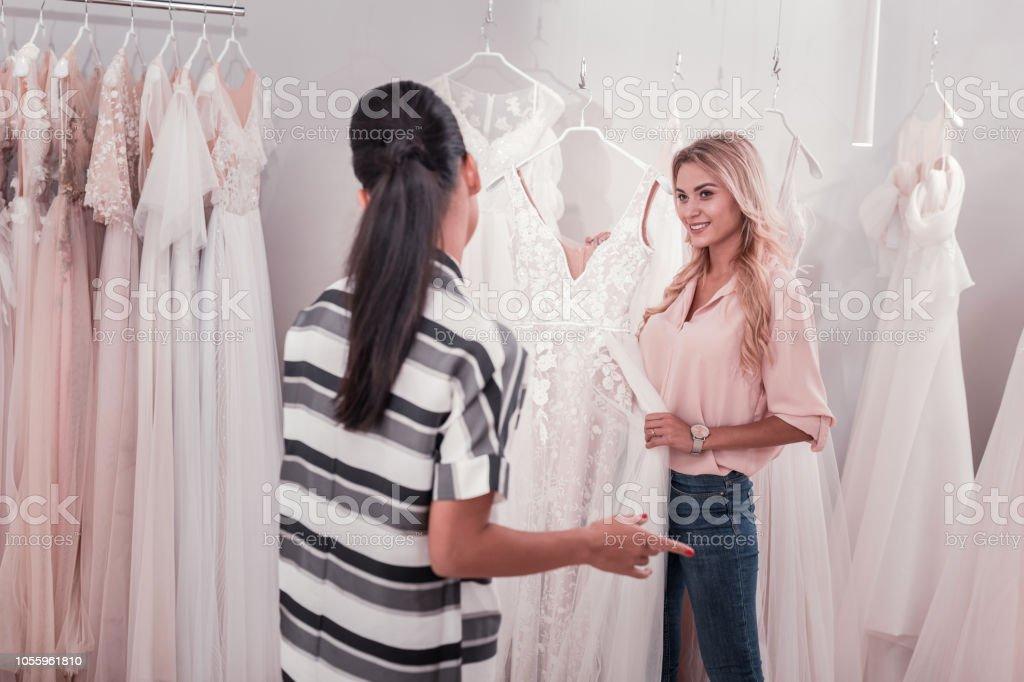 658e676e7 Mujeres jóvenes agradables positivo hablar de vestidos de novia foto de  stock libre de derechos