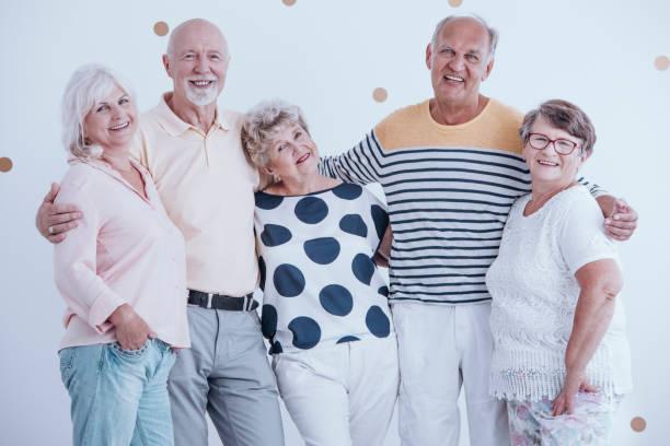 positive beziehung zwischen senioren - rentenpunkte stock-fotos und bilder